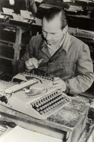 GROMA Heinz Wiegner beim Schriftrichten