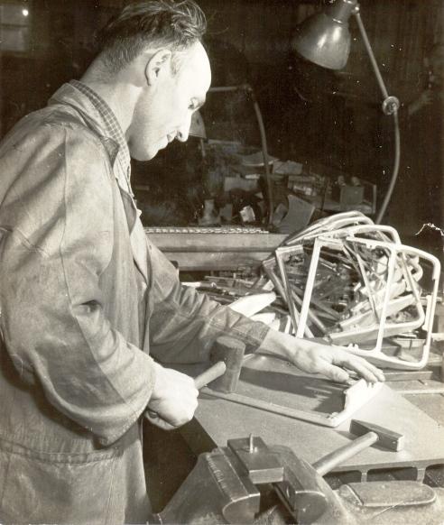 Johannes Herbst beim Rahmenrichten